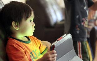 ¿Son las nuevas tecnologías las culpables de los trastornos del sueño de muchos niños?
